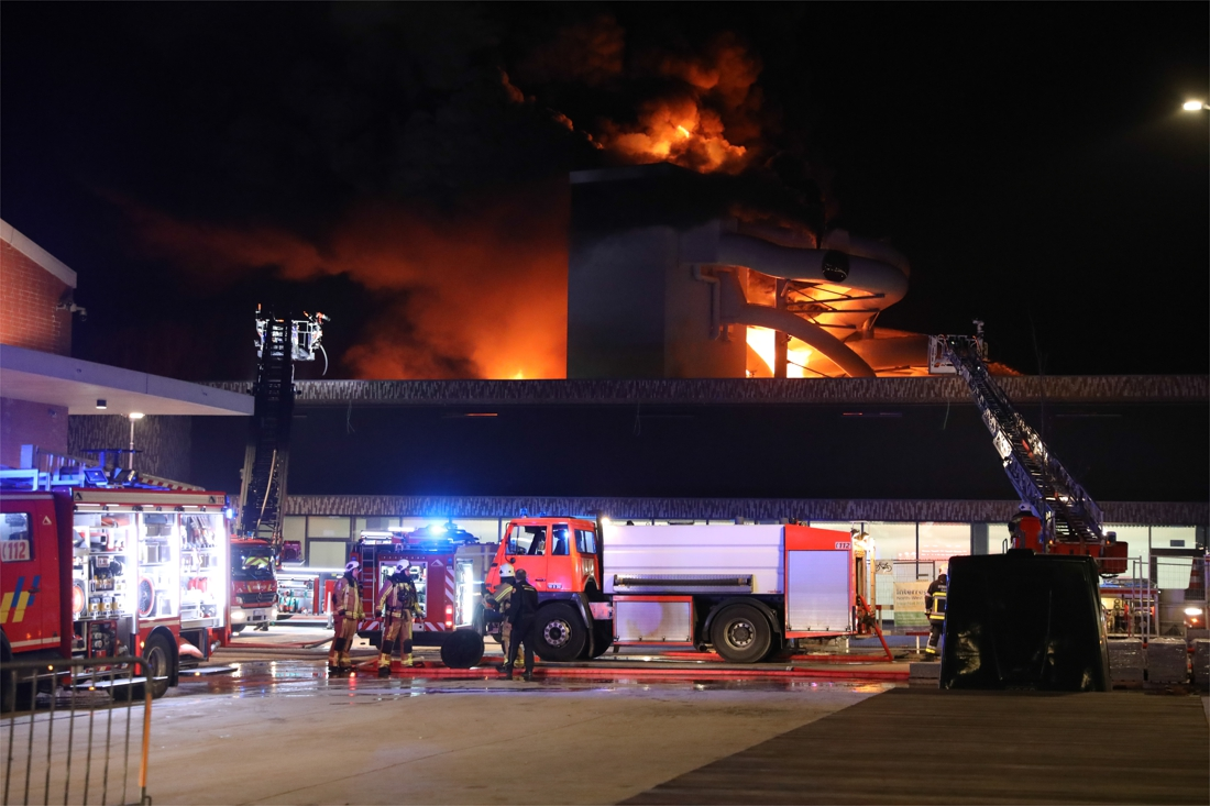 Un Incendie Spectaculaire A La Nouvelle Piscine De Courtrai